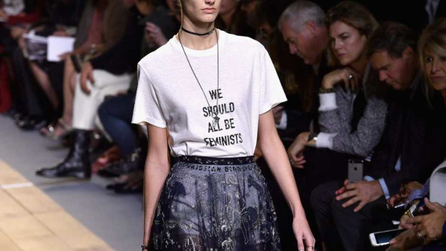 Foto de Mujer llevando la Camiseta Feminista We Should all be Feminist Dior